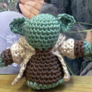 Katrin häkelt einen Mini Yoda
