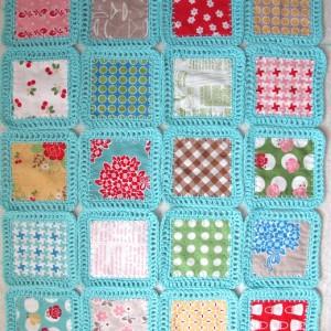 Decke aus umhäkelten Stoffquadraten