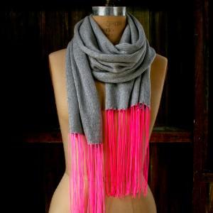 Kaschmirschal mit Neon-Fransen stricken