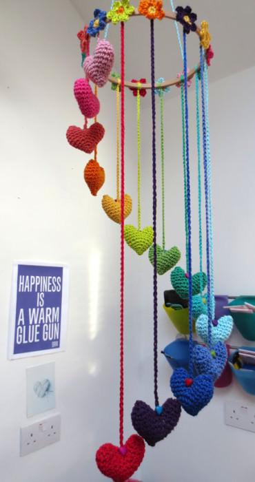 schoenstricken.de | Mobilé aus Blumen und Herzen häkeln