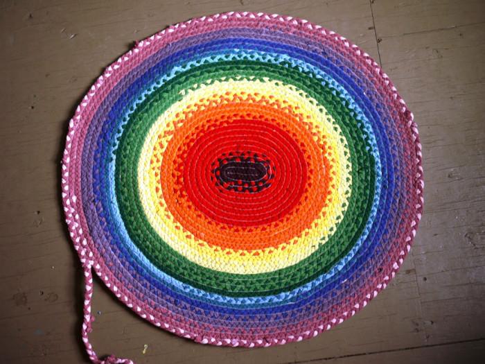 DIY Teppich aus alten T-Shirts nähen - schoenstricken.de