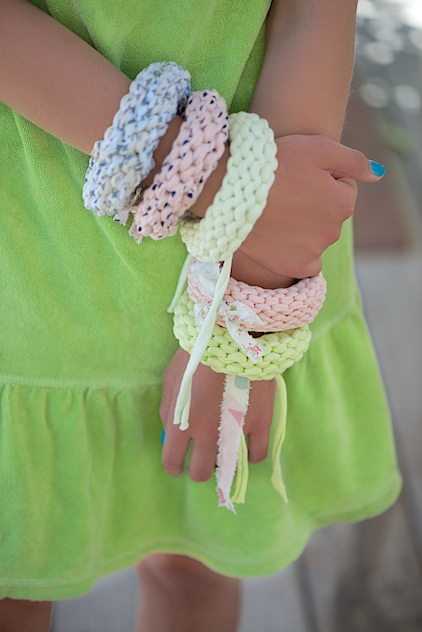 DIY Sommerarmbänder aus T-Shirtgarn stricken - schoenstricken.de