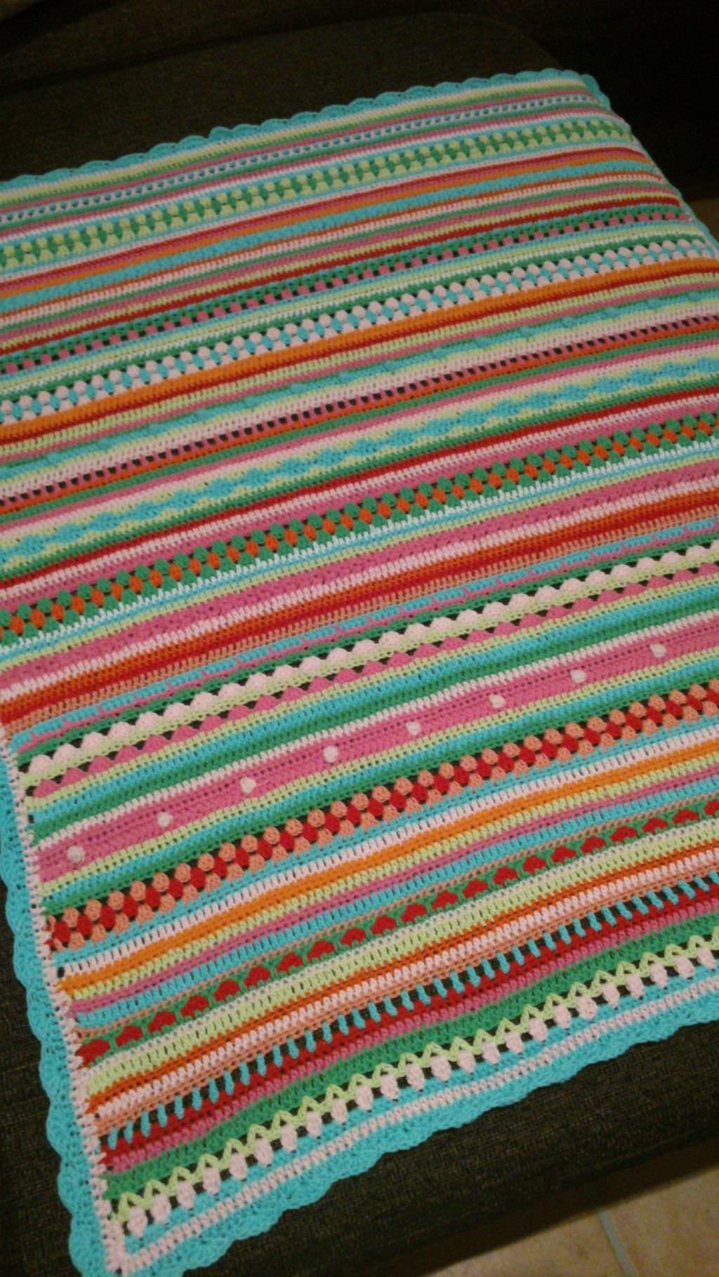 http://schoenstricken.de/wp-content/uploads/2013/12/crochet-along-babydecke-von-lucia-schoenstricken.de_.jpg