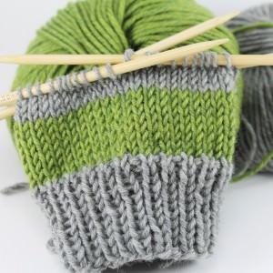 Einfache bunte Armstulpen stricken