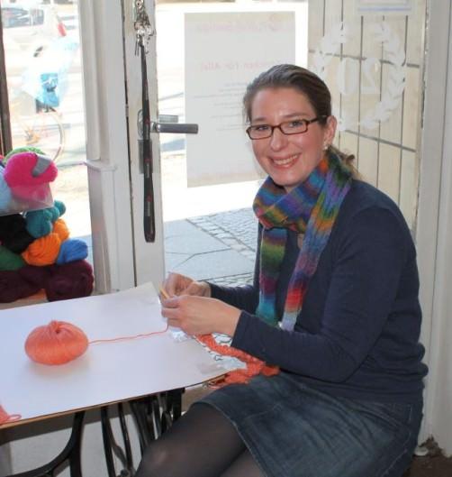 Katrin strickt den Knitalongschal schoenstricken.de