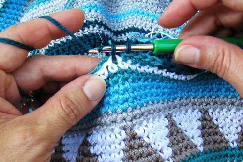 Taschen Crochetalong Teil 2 Fäden mitnehmen a schoenstricken.de