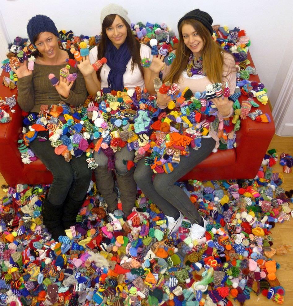 Schoenstrickende Charity Kleine Mützen Für Smoothieflaschen Stricken