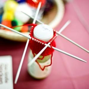 Charity: Kleine Mützen für Smoothieflaschen stricken