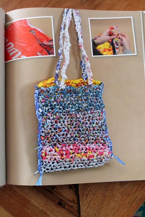 DIY Buchvorstellung aus alt mach schön Tasche aus Plastiktüten häkeln schoenstricken.de
