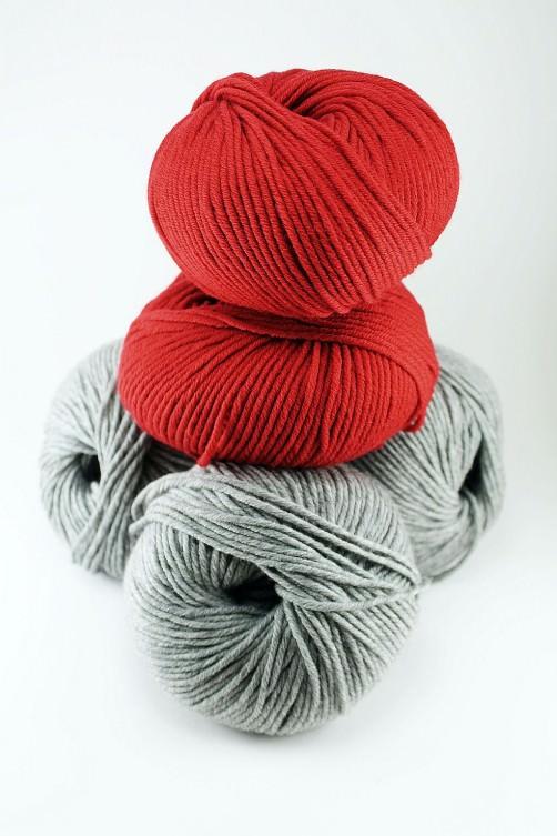 Merino Wollpaket für kleines Kissen hellgrau rot schoenstricken.de