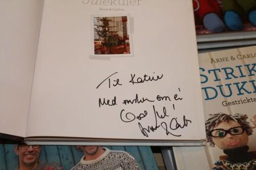 Arne und Carlos signieren ihr Buch für Katrin 1 schoenstricken.de