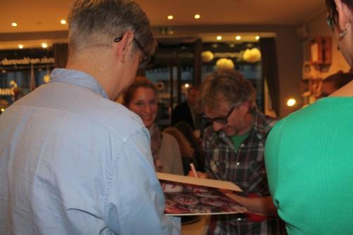 Arne und Carlos signieren ihr Buch für Katrin schoenstricken.de