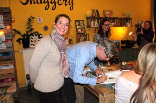 Arne und Carlos signieren ihr Buch schoenstricken.de