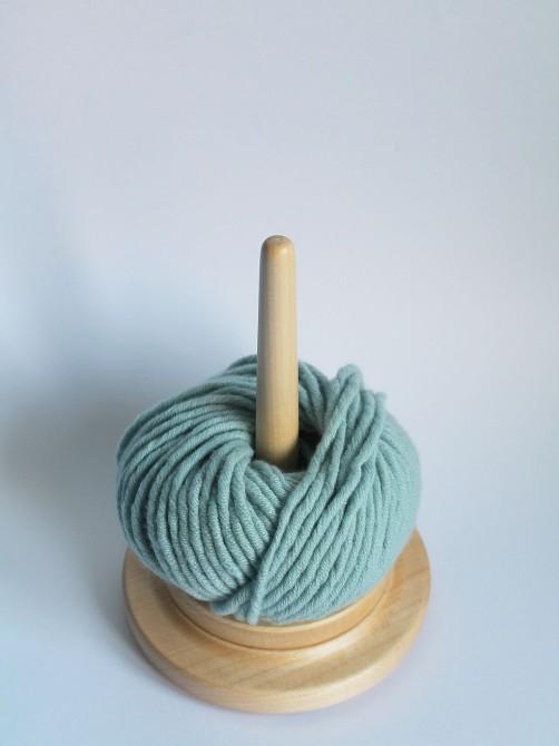 Drehbarer Wolleabroller aus Holz bei schoenstricken.de