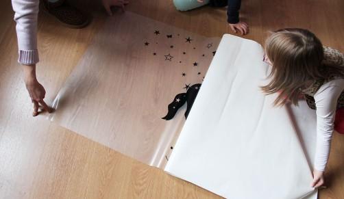 wie bringe ich ein wandtattoo an. Black Bedroom Furniture Sets. Home Design Ideas
