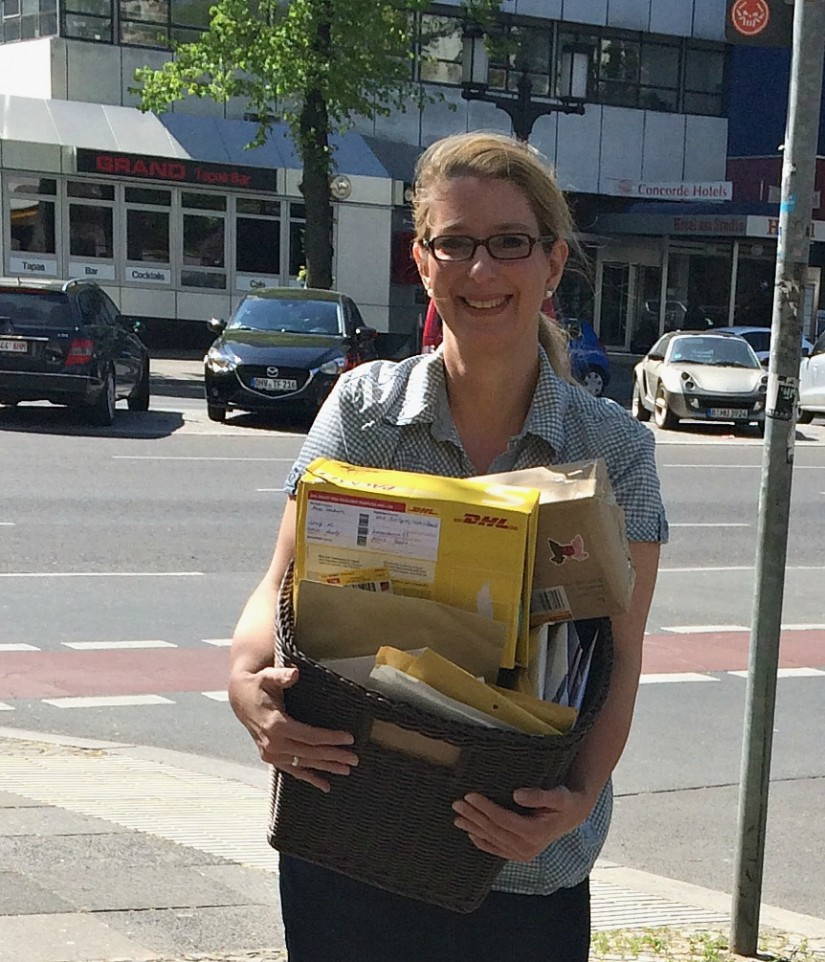 Katrin mit Post für Leni