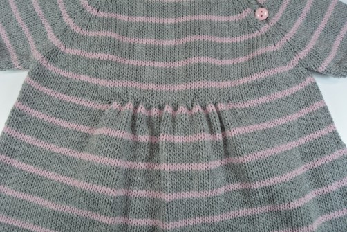 schoenstricken.de Kinderkleid Detail Taillenraffung